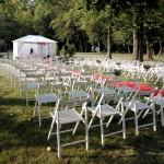 białe składane krzesła do wynajęcia